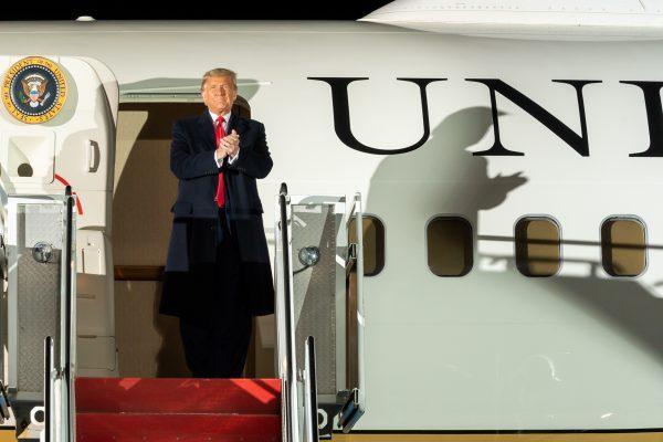Trump disembarks from Air Force One Public Domain investing español, noticias financieras